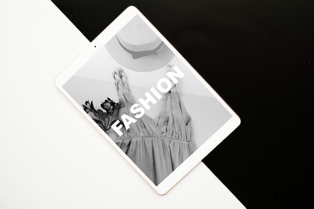 Maquette de tablette sur fond noir et blanc