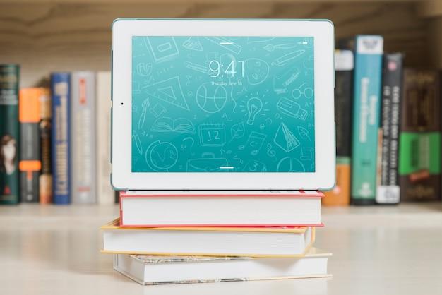 Maquette de tablette ou livre électronique avec le concept de la littérature