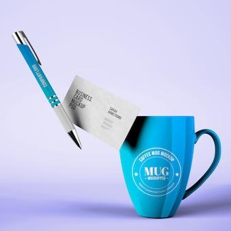 Maquette de tasse avec des cartes de visite et des maquettes de stylo