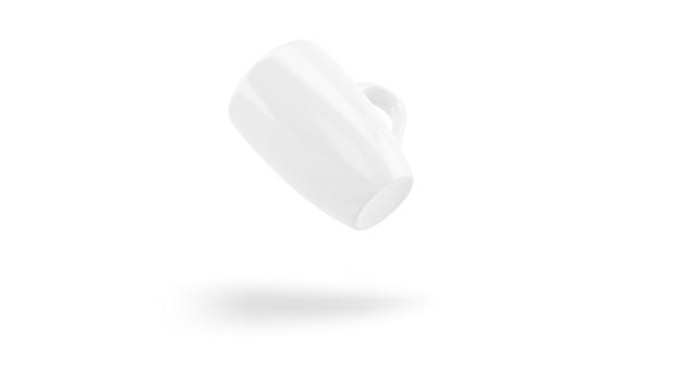 Maquette de tasse en céramique blanche volant isolé