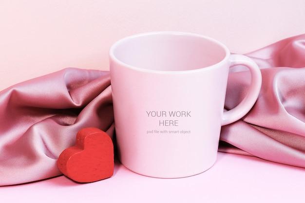 Maquette de tasse avec coeur rouge