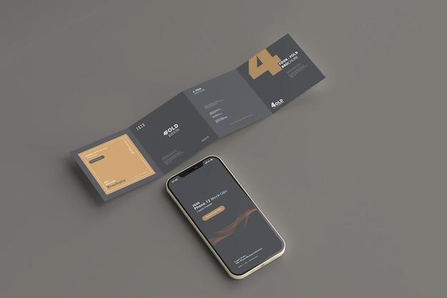 Maquette de téléphone intelligent avec brochure carrée à quatre volets
