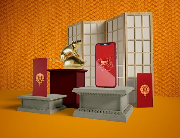 Maquette de téléphone et objets traditionnels à la chinoise