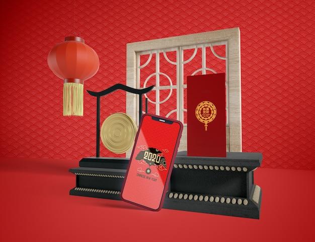Maquette de téléphone avec des objets traditionnels du nouvel an chinois