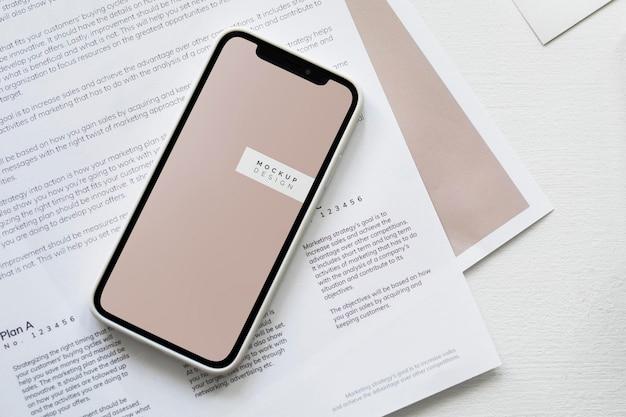 Maquette de téléphone portable sur un papier