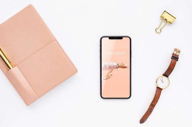 Maquette de téléphone vue de dessus près de la montre
