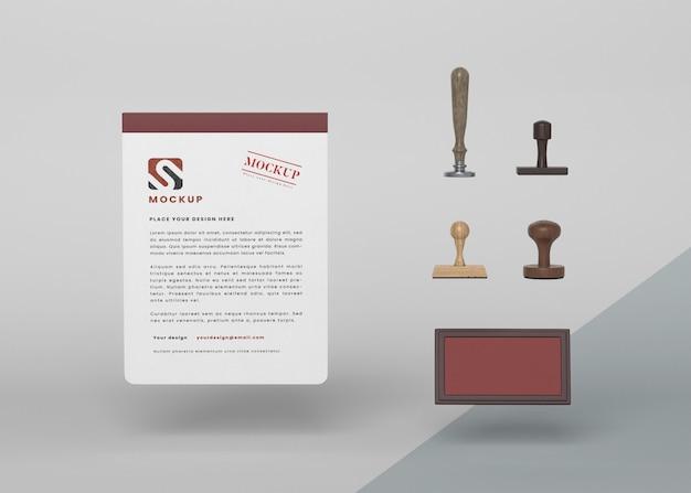 Maquette et timbre en papier flottant