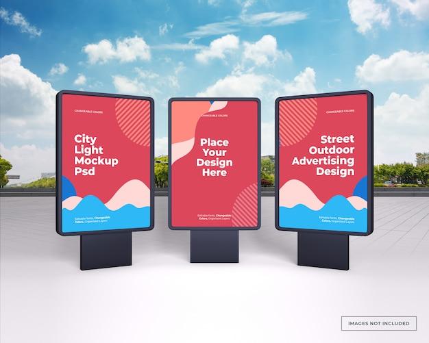 Maquette de trois supports publicitaires extérieurs verticaux noirs sur la rue de la ville