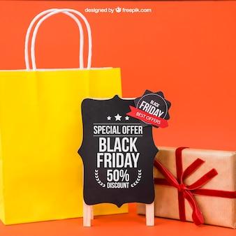 Maquette de vendredi noir avec sac et cadeau