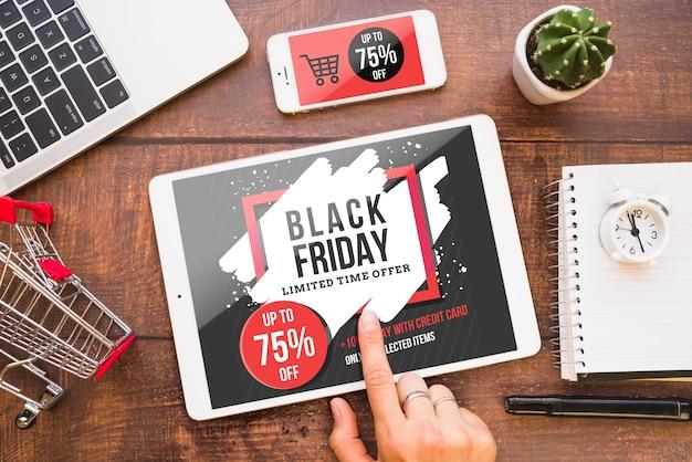 Maquette de vendredi noir avec tablette