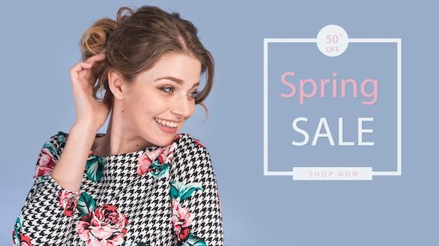 Maquette de vente de printemps avec une femme élégante
