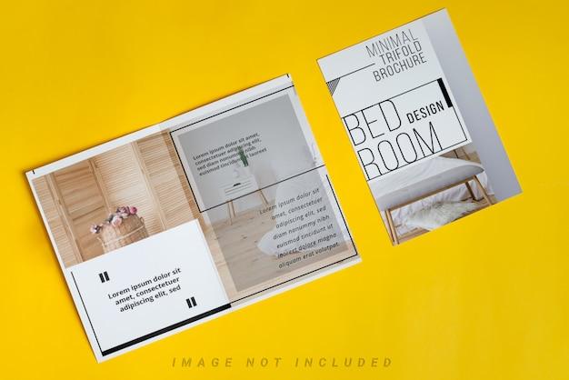 Maquette vierge deux brochures sur fond jaune.
