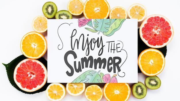 Maquette vierge entourée de fruits frais