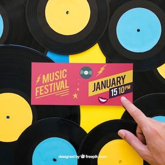 Maquette de vinyle avec bannière et doigt