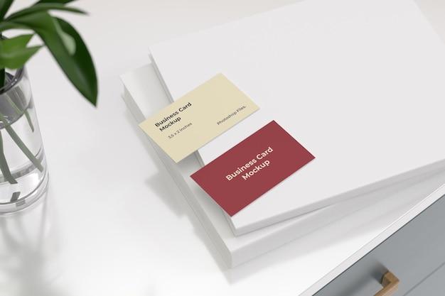 Maquettes de cartes de visite sur le livre blanc
