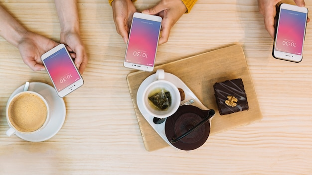 Maquettes de smartphones et café