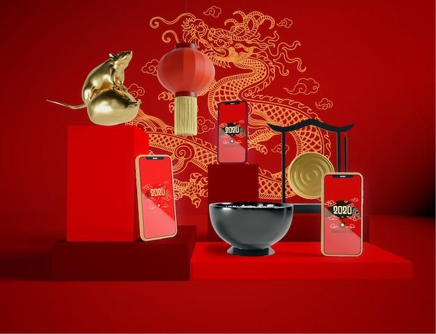 Maquettes de téléphones avec des objets du nouvel an chinois