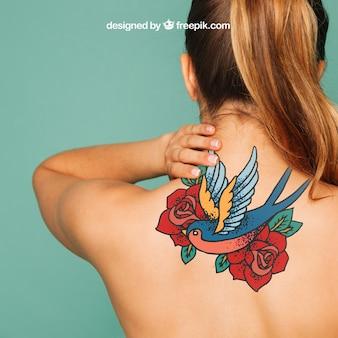 Maquillage de femme pour l'art du tatouage sur le dos