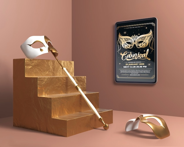 Masque avec bâton sur maquette d'escalier doré
