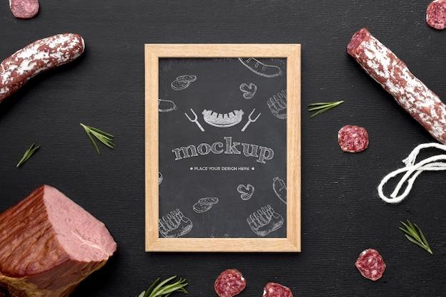 Mcock-up délicieux salami avec tableau noir