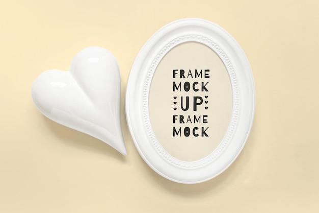 Mcokup psd modifiable avec cadre vertical blanc rond et coeur blanc sur fond de couleur modifiable