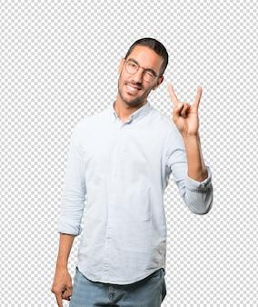Méchant jeune homme faisant un geste rock