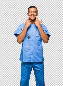 Médecin chirurgien souriant avec une expression heureuse et agréable