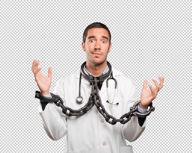 Médecin concerné avec des chaînes sur fond blanc