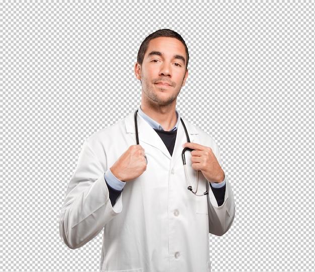 Médecin confiant sur fond blanc