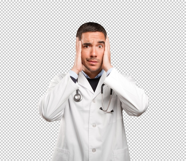 Médecin stressé sur fond blanc