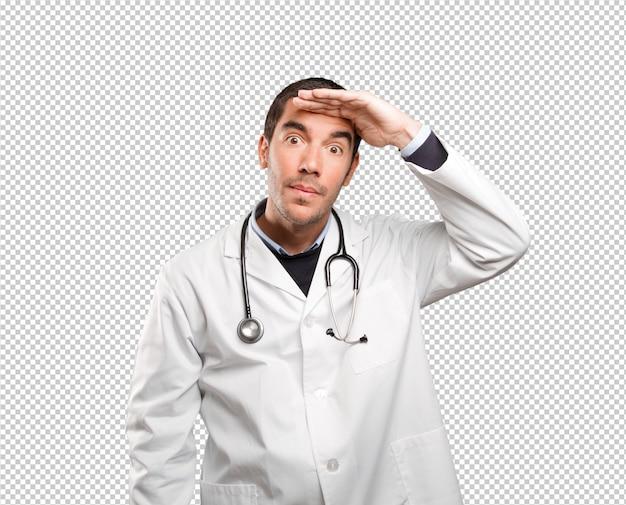 Médecin surpris avec le geste de recherche sur fond blanc