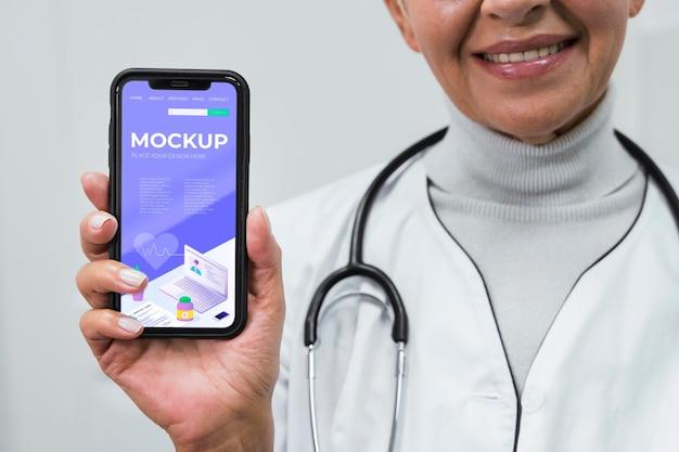 Médecin tenant une maquette de téléphone