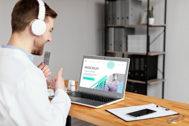 Médecin de tir moyen avec ordinateur portable