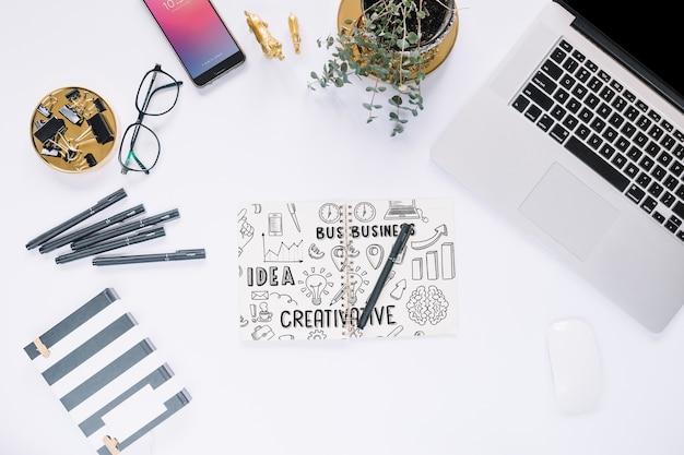 Médias sociaux créatifs et maquette internet avec clavier d'ordinateur portable