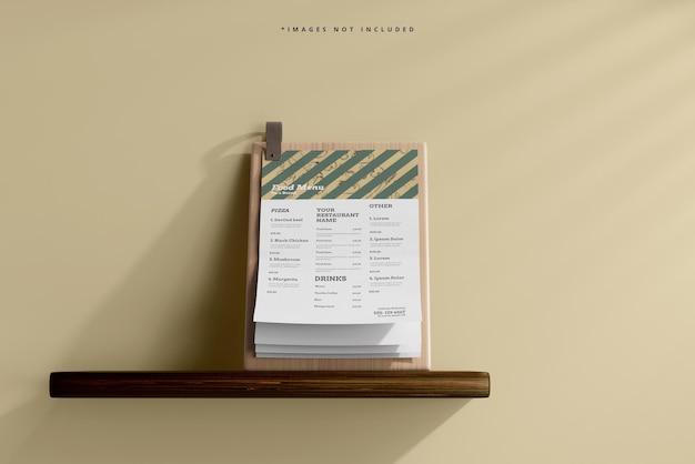 Menu alimentaire de format a4 sur une maquette de planche de bois sur une étagère