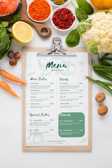 Menu diététique santé entouré de légumes