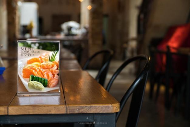 Le menu du restaurant et le support du menu du café se tiennent sur la maquette de la table