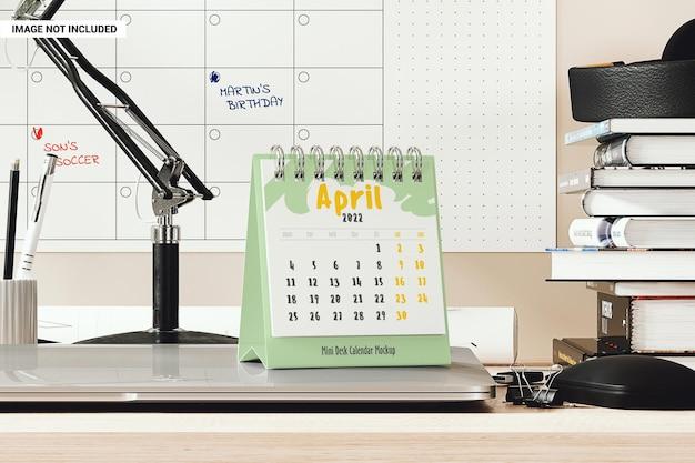 Mini calendrier de bureau sur la maquette du lieu de travail