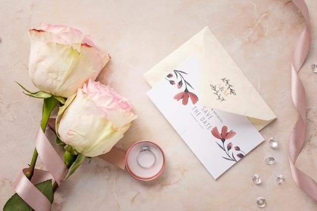 Mise à plat bel arrangement d'éléments de mariage avec maquette d'invitation