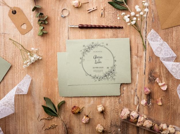 Mise à plat bel assortiment d'éléments de mariage avec maquette de carte
