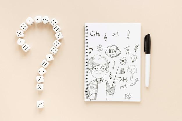Mise à plat de cahier avec stylo et dés