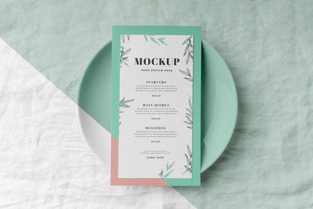 Mise à plat de la disposition de la table avec maquette de menu de printemps sur assiette