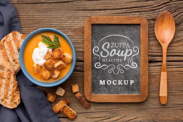 Mise à plat du bol de soupe aux légumes avec tableau noir