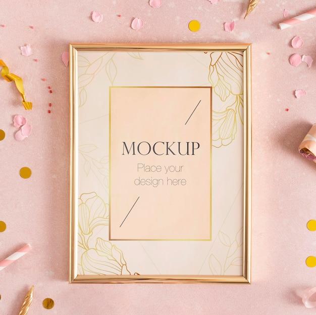 Mise à plat du cadre d'anniversaire élégant avec des confettis