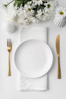 Mise à plat de la maquette du menu de printemps avec des fleurs et des couverts