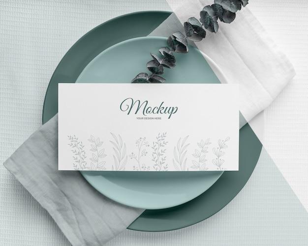 Mise à plat d'une maquette de menu de printemps avec des feuilles sur des assiettes