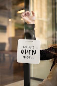 Mock-up sign accroché à la porte