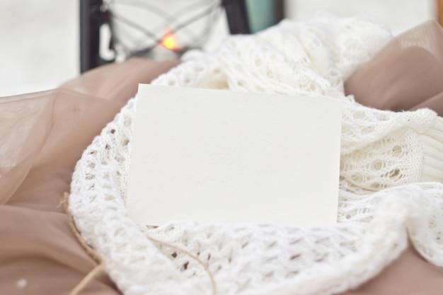 Mocup de papeterie dans un style vintage. carte modèle pour votre conception, invitations, salutations, lettrage ou illustrations. les douces couleurs beiges et blanches. couche intelligente psd