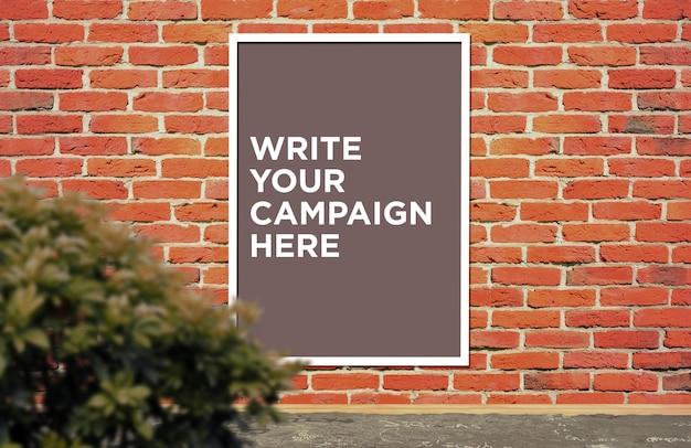 Modèle d'affiche de panneau sur un mur de briques