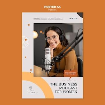 Modèle d'affiche avec podcasteur féminin et microphone